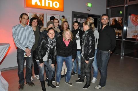 Andreas Leimbach (11mm) Regisseurin Britta Becker, das Team des VfL Wolfsburg und Christoph Gabler (11mm)